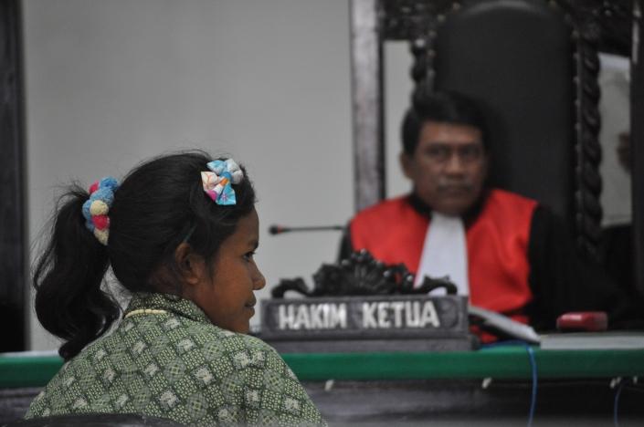 Yanti Lasfeto (21 tahun) saksi korban kerja paksa dan perdagangan manusia sedang memberikan kesaksiannya di Pengadilan Negeri Kupang, Nusa Tenggara Timur (6/8/2014). Yanti bersama 20-an orang perempuan lainnya disekap di Medan dan dipekerjakan sebagai pembersih sarang burung walet tanpa digaji selama 16 bulan. Ia dibebaskan setelah dua rekannya, Marni Baun dan Rista Botha meninggal di Medan di Bulan Februari 2014 dan penyekapan ini terbuka ke publik. Sidang ini menghadirkan tersangka perekrut, Rabeka Ledoh. Sedangkan Mohar, pelaku utama sekaligus pemilik sarang burung walet di Medan hingga hari ini masih bebas. Sarang burung walet yang dibersihkan kemudian merupakan pesanan para pemilik restoran di Hong Kong. Kasus perdagangan manusia yang marak terjadi di Indonesia membutuhkan koordinasi pihak Polri dan Interpol. Hingga kini kasus ini masih disidangkan terpisah, padahal untuk membuka jaringan perdagangan manusia membutuhkan pembukaan jaringan Kupang-Medan-Hong Kong.